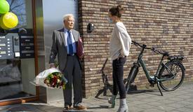 Batavus verrast 100-jarige Gerrit Scheenstra