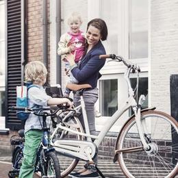 Een elektrische moederfiets bespaart in de kosten