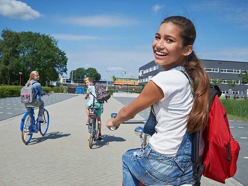 Meisje op weg naar school