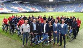 Spelers sc Heerenveen nemen Batavus Dinsdag in ontvangst