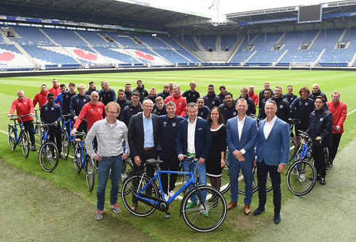 Spelers sc Heerenveen ontvangen een Batavus Dinsdag